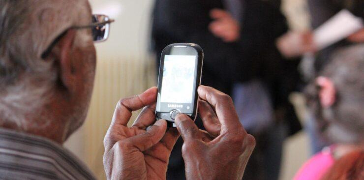 dementiainduct.eu image: old man using phone